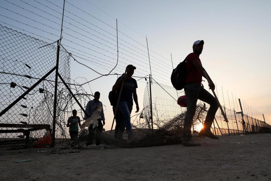 Palestinesi attraversano il confine (Ansa)