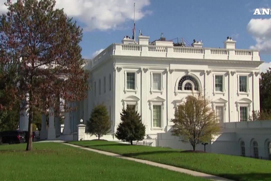 Bandiera a mezz'asta alla Casa Bianca per la morte di Colin Powell