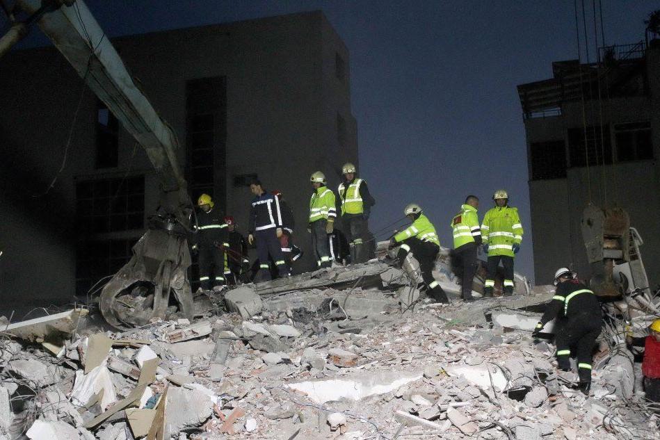 Albania, si continua a scavare: sale il numero delle vittime