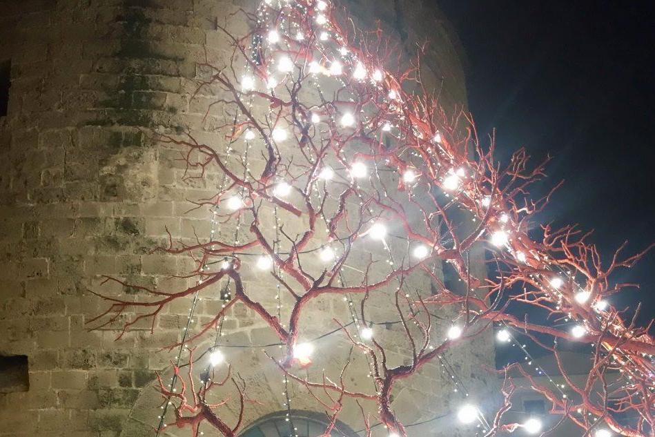 Coralli di luce, l'originale albero di Natale di sughero e smalti