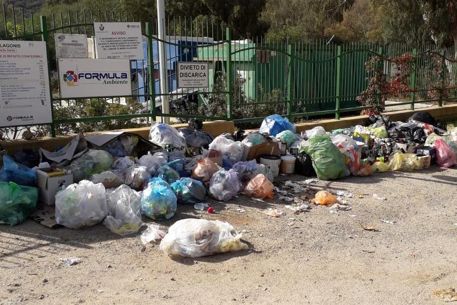 Torre delle Stelle,rifiuti abbandonati fuori dall'ecocentro