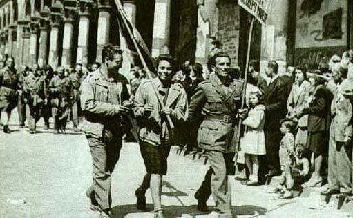 I partigiani sfilano a Milano (foto Wikipedia)