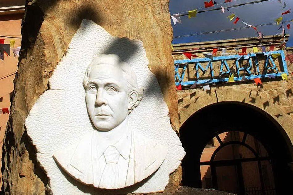 Una scultura di Tuveri davanti al Montegranatico