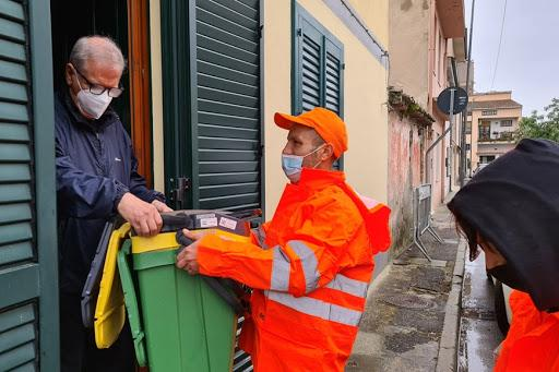 La consegna dei mastelli (Foto Comune)