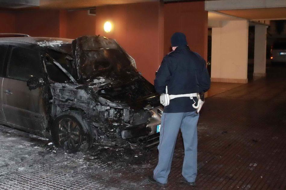 Un'auto distrutta dalle fiamme