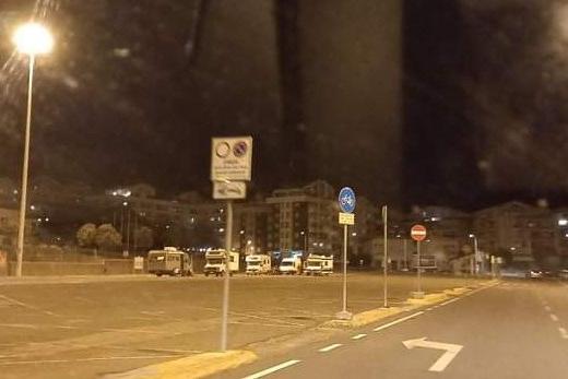 I camper dei rom musulmani parcheggiati ieri notte in piazzale Segni (foto Tellini)