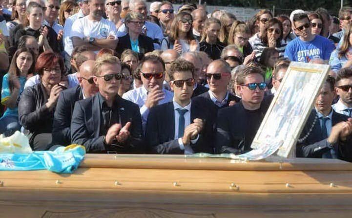 Fabio Aru, commosso, durante il funerale (Archivio L'Unione Sarda)