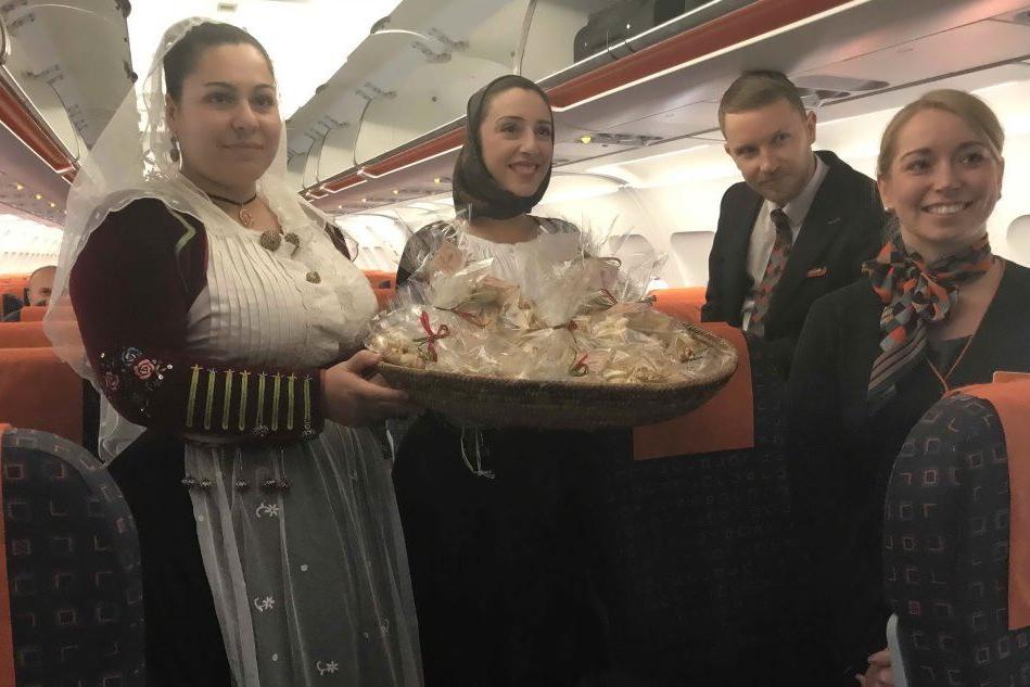 Alghero, pane di Olmedo come benvenuto per il debutto di EasyJet sull'Alghero-Londra