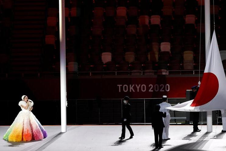 La cantante giapponese Misia canta l'inno nazionale
