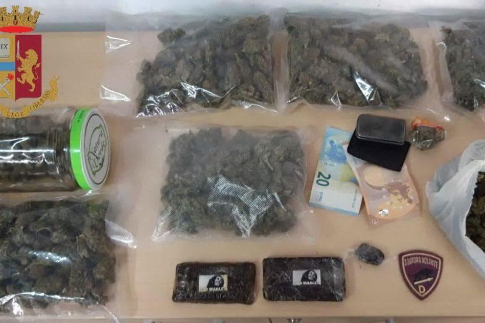 Cagliari, vede la polizia e scappa: in casa aveva marijuana e hashish. Arrestato