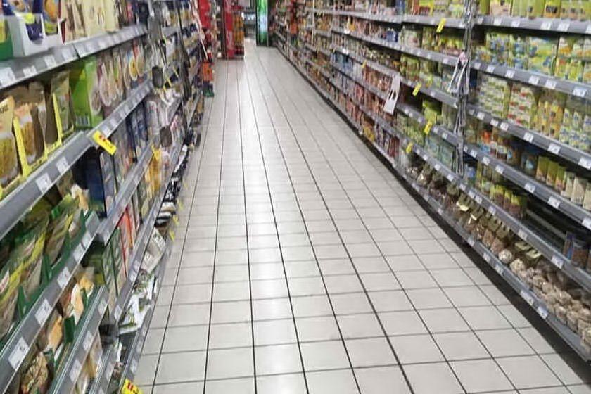 Al bancone del supermercato c'è una commessa di colore, il cliente non si fa servire