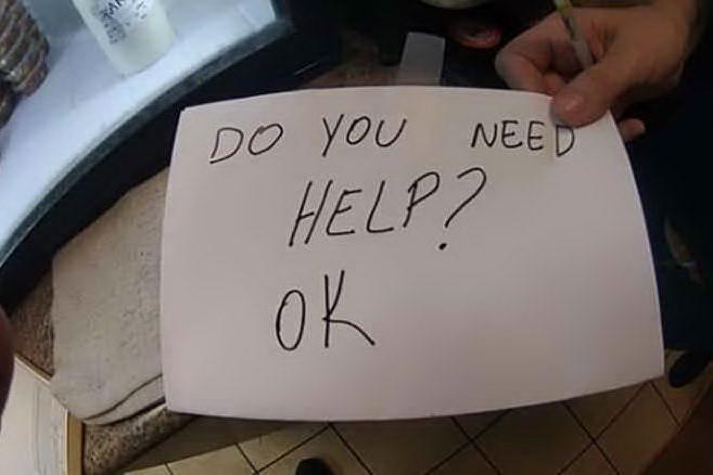 Il bimbo al tavolo ha qualcosa di strano: cameriera-angelo lo salva dall'orrore con un biglietto