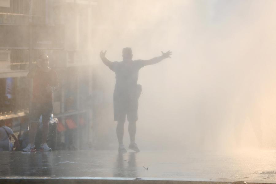 Le proteste nel centro di Atene (Ansa-Epa)