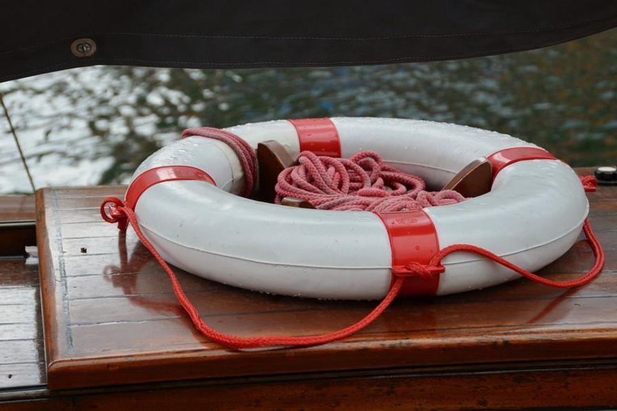 Scippa una donna e si tuffa in mare: ladro braccato rischia di morire annegato