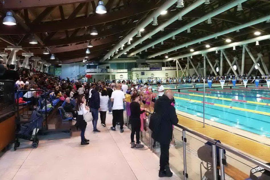 La piscina gremita (Foto L.Almiento)