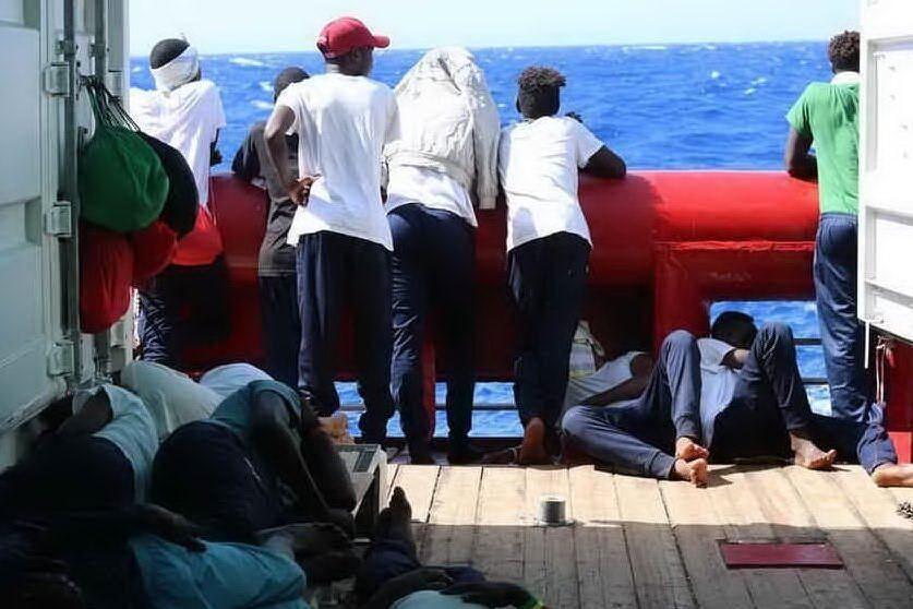 """La Ocean Viking salva 34 migranti: """"Tra loro una donna incinta e un bimbo"""""""