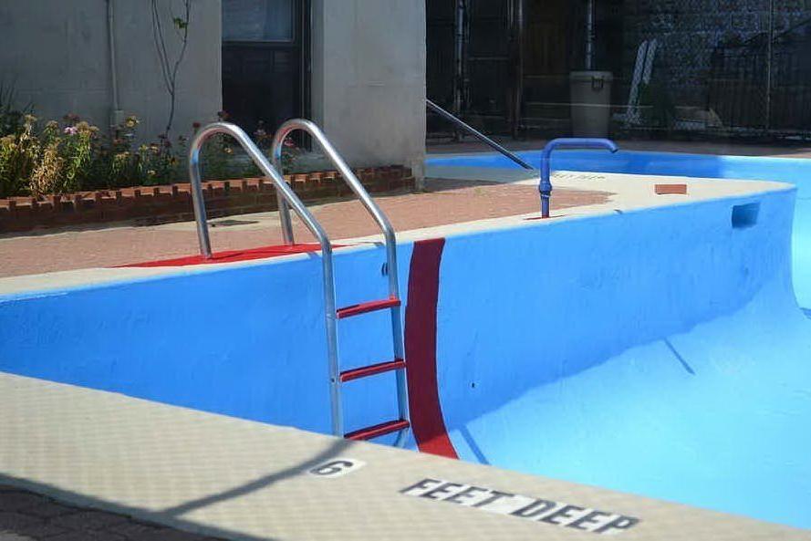 Reazione chimica letale in piscina: tre morti al party di una nota influencer
