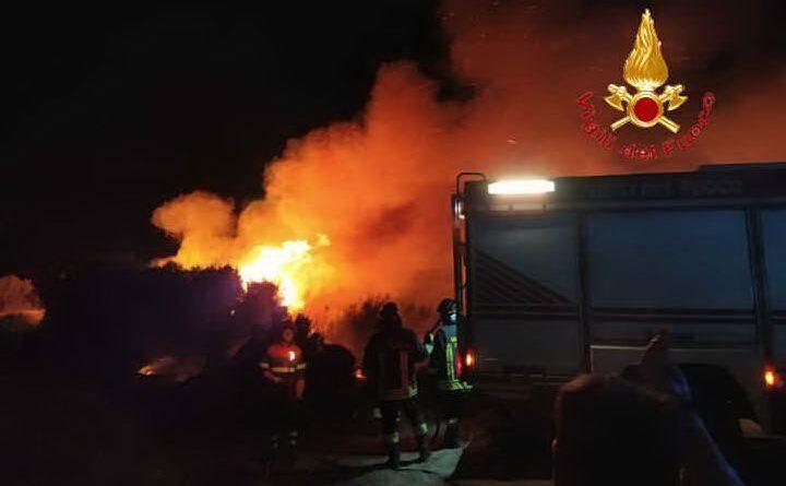Le fiamme hanno lambito un resort ad Arborea (foto Vvf)