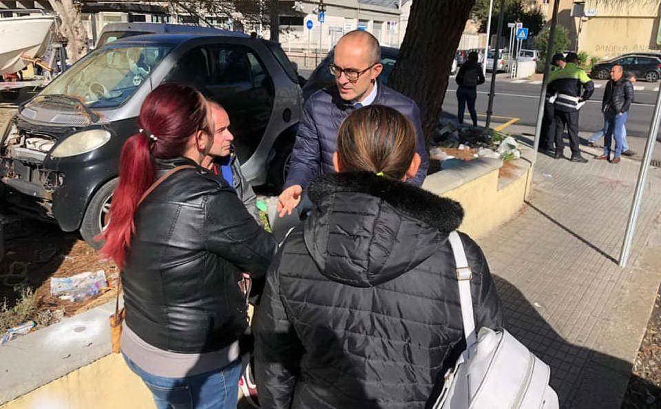 Il sindaco incontra alcuni abitanti (foto dal profilo Facebook del sindaco)