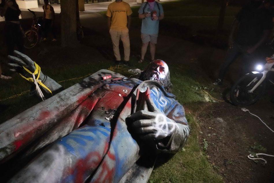 Abbattuta e bruciata la statua di un altro generale confederato VIDEO