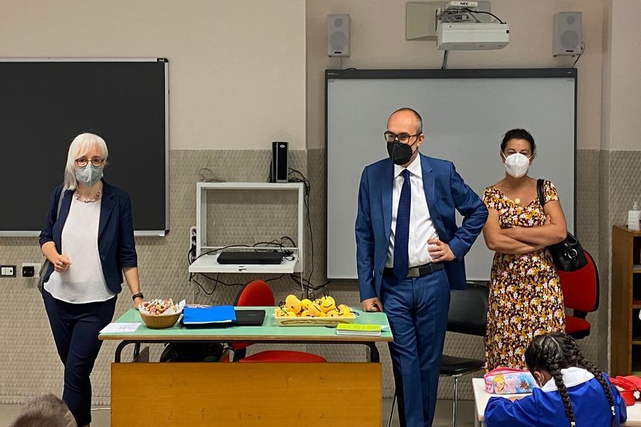 Il sindaco e l'assessore Dedola in classe (Foto Comune di Cagliari)