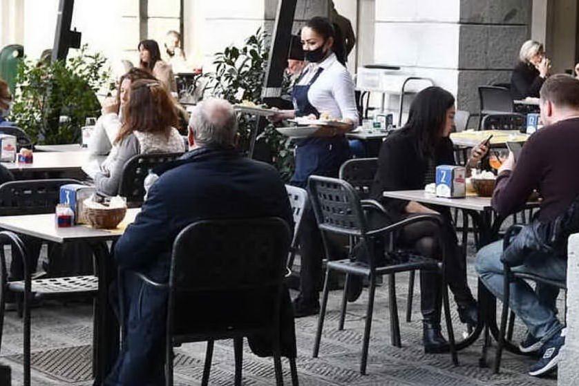 Incita un cliente ubriaco a violare le norme anti-Covid e ad aggredire gli agenti, multato un barista