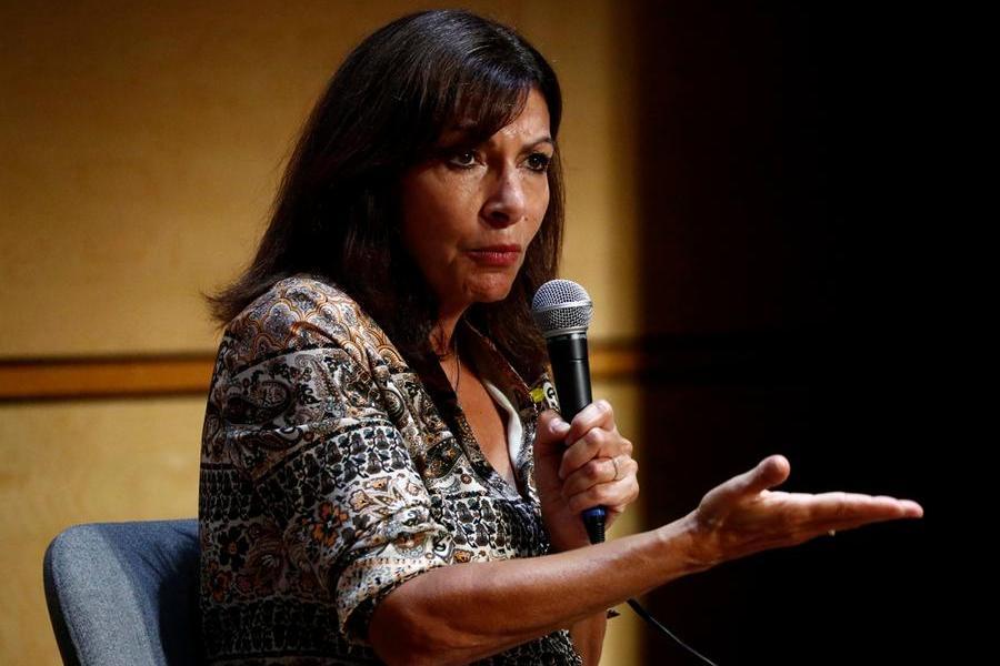 Il sindaco di Parigi Anne Hidalgo annuncia la candidatura all'Eliseo. Ci riprova Marine Le Pen