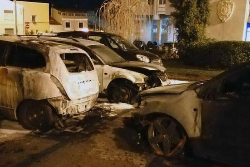 Incendio a Sassari, quattro macchine distrutte