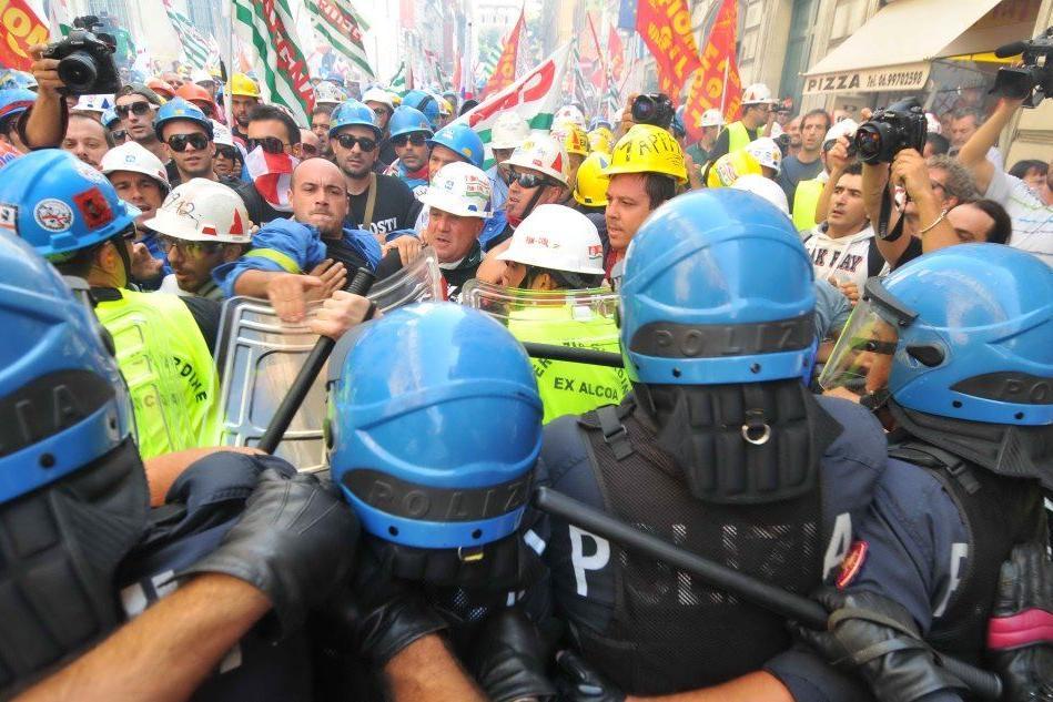 SContri a Roma durante una delle manifestazioni degli ex dipenden ti dell'Alcoa
