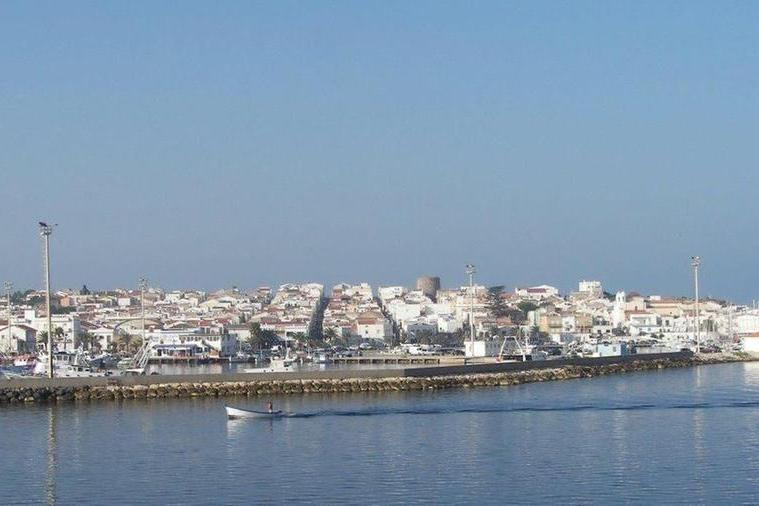 Donna scivola in barcae si ferisce: portata d'urgenza al Sirai