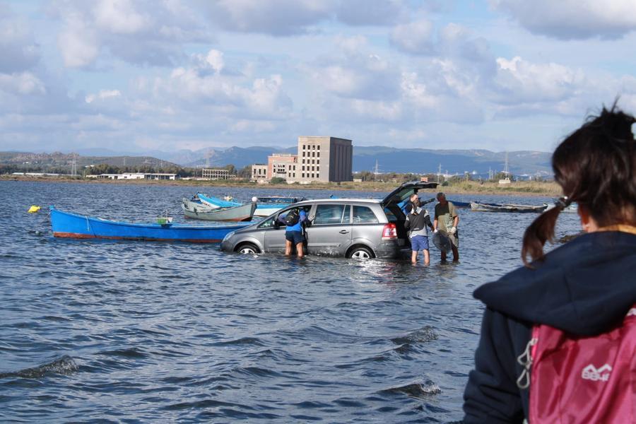 Sant'Antioco, un'auto finisce in mare