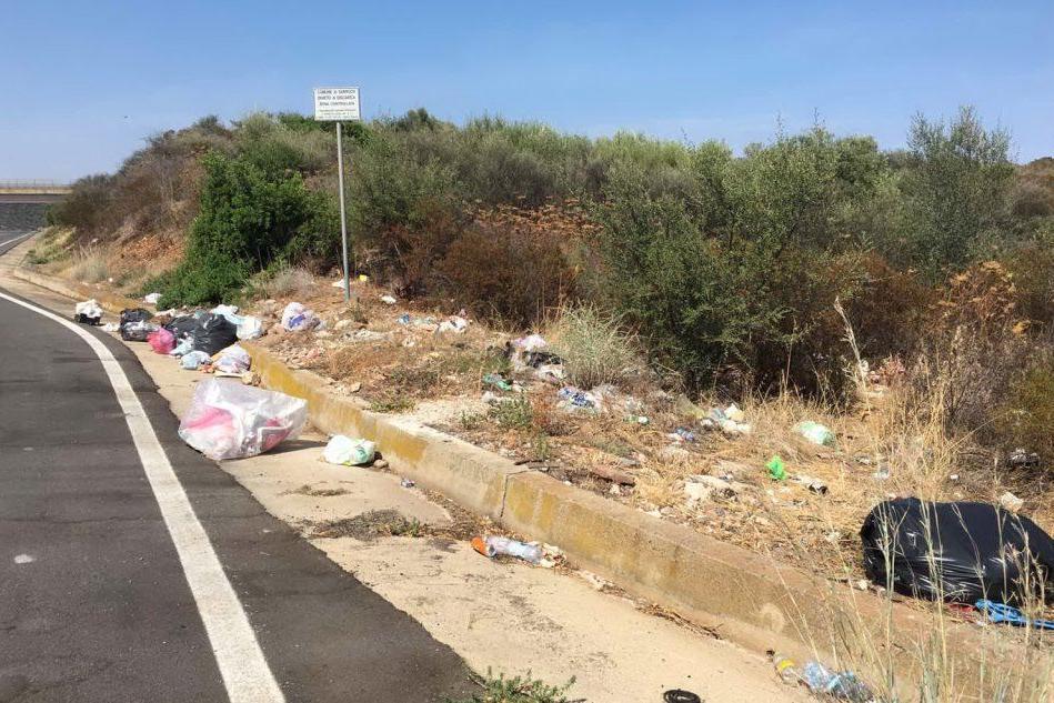 I rifiuti abbandonati lungo la Sulcitana a Sarroch (foto Ivan Murgana)
