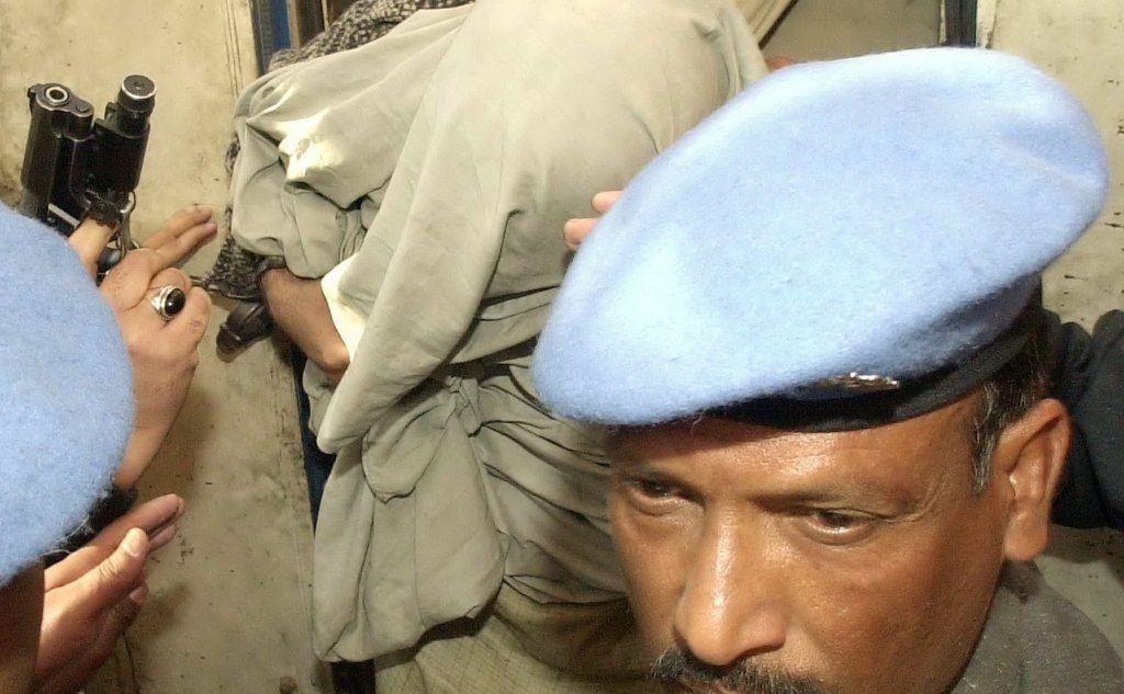 Uno dei sospettati per il sequestro preso in carico dalla polizia (tutte le foto sono Archivio L'Unione Sarda)