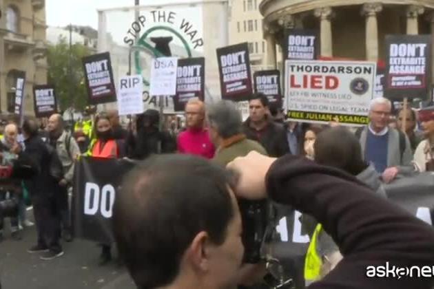 A Londra i sostenitori di Assange protestano contro l'estradizione
