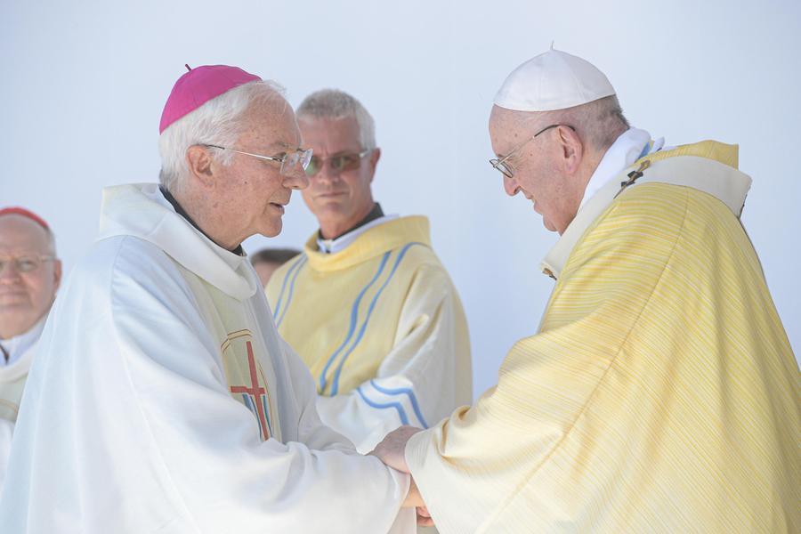 Papa Francesco durante la messa a Budapest (foto via Ansa)