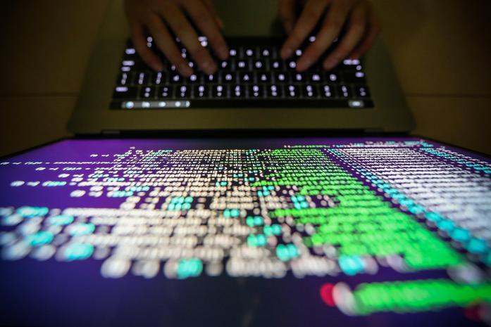 Dipendente visita troppi siti porno, l'azienda viene attaccata dagli hacker: licenziato