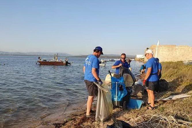 I volontari ripuliscono la spiaggia di Cussorgia: portati via 50 sacchi di rifiuti