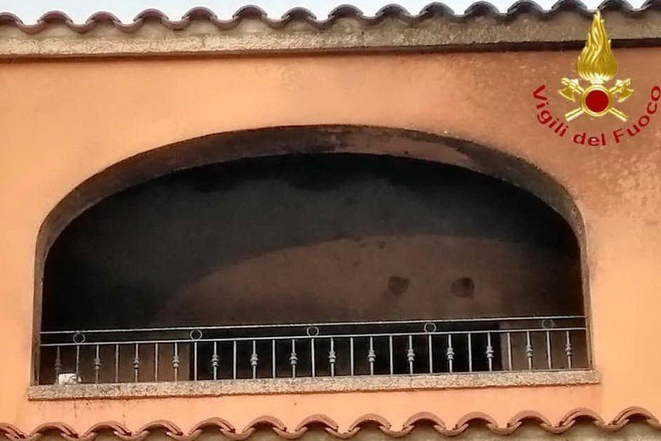 Appartamento a fuoco a San Teodoro: le fiamme distruggono una veranda