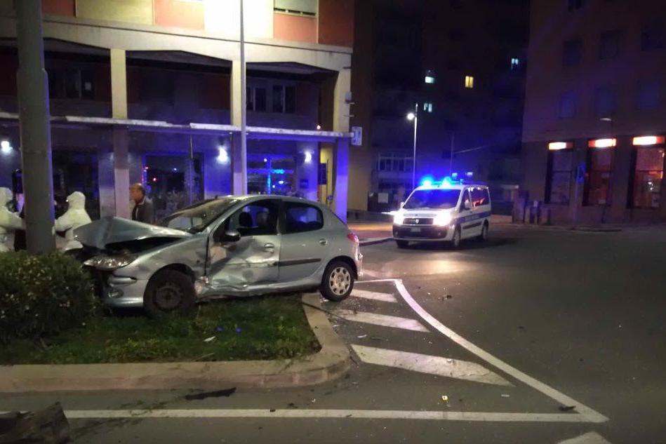 Incidente a Is Mirrionis, auto finisce contro un palo