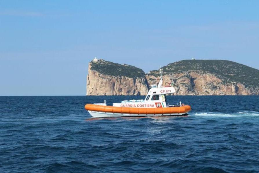 Condizioni meteo avverse, Guardia Costiera salva due velisti e un bagnante