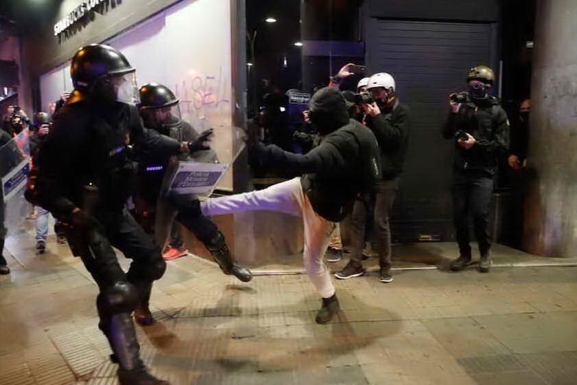 Scontri a Barcellona per l'arresto del rapper Hasél, in manette anche 6 italiani