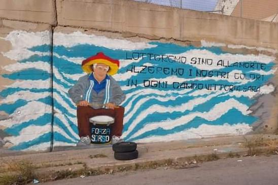 Sorso:in un murales rivive Efisio Perandria, il grande capo tifoso amatissimo da tutti gli sportivi