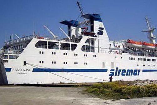 Portellone del traghetto si stacca e cade in mare: a bordo 347 passeggeri