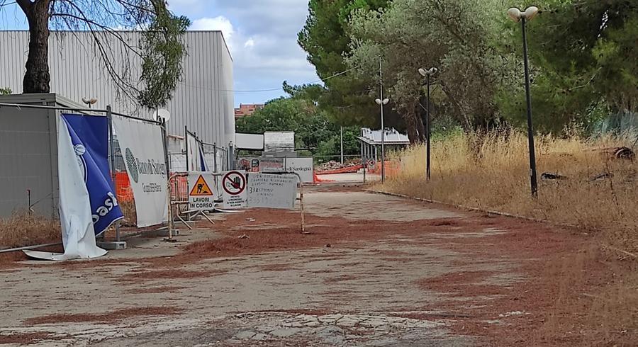 Un'immagine dei lavori fermi al PalaSerradimigni (L'Unione Sarda - Marras)
