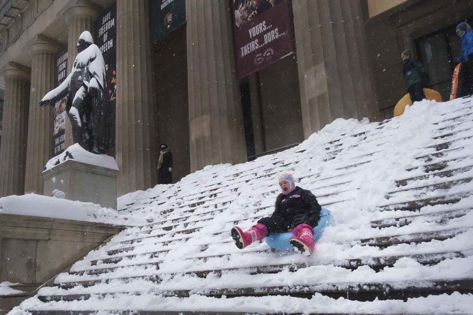 Bufera di neve paralizza New York, è emergenza