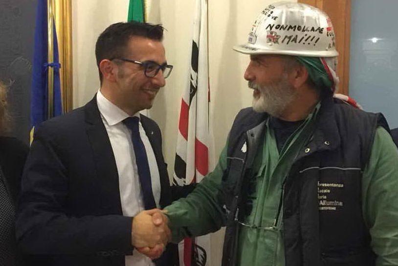 La stretta di mano tra l'assessore Gianni Lampis e Antonello Pirotto, delegato Rsu (foto L'Unione Sarda)