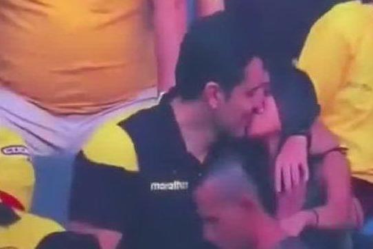 """Si bacia con l'amante allo stadio, """"pizzicato"""" dalle telecamere fa il vago"""