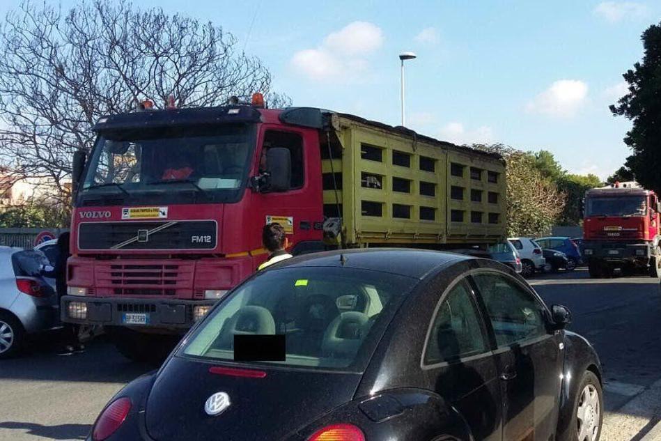 Alcune auto hanno bloccato l'ingresso dei camion alla discarica di Molentargius