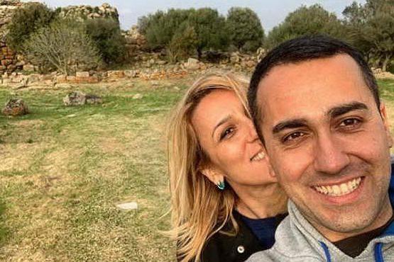 Vacanze in Sardegna per Di Maio, il selfie davanti al nuraghe Arrubiu