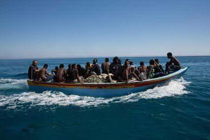 Naufragio davanti alle coste tunisine: 60 morti